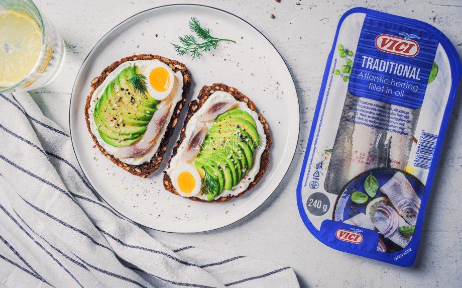 Pusryčių sumuštiniai su silke, avokadais ir kiaušiniu