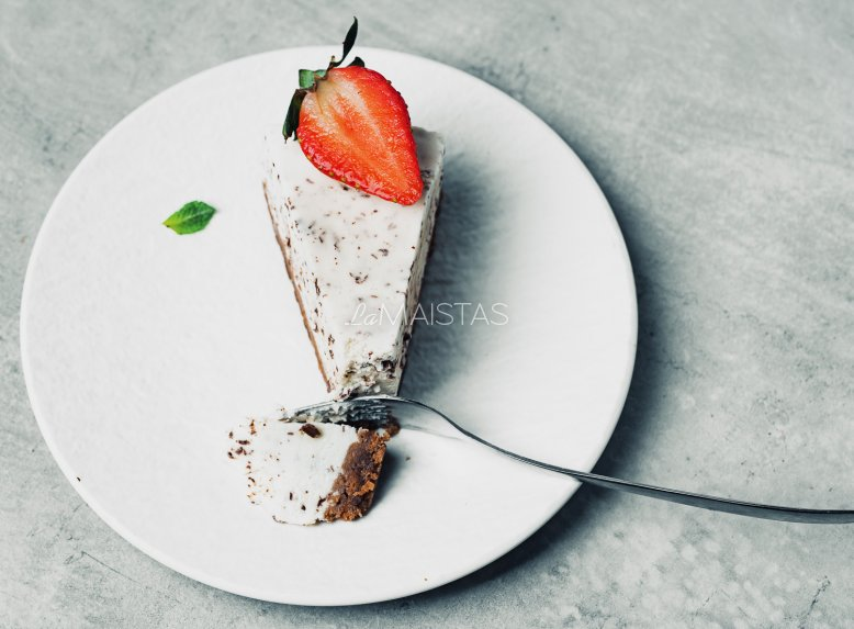 Nekeptas tortas su varškės kremu ir uogomis