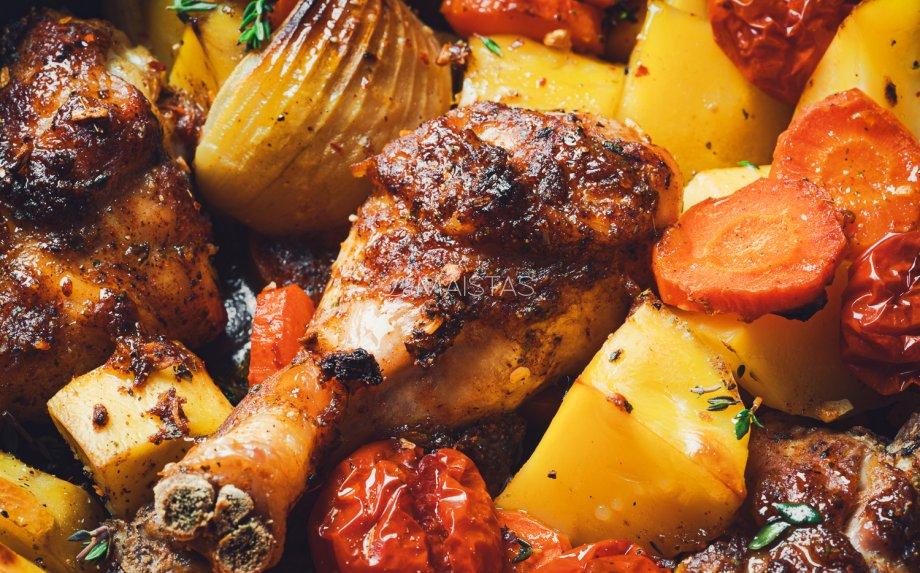 Vištienos blauzdelės orkaitėje su bulvėmis ir daržovėmis