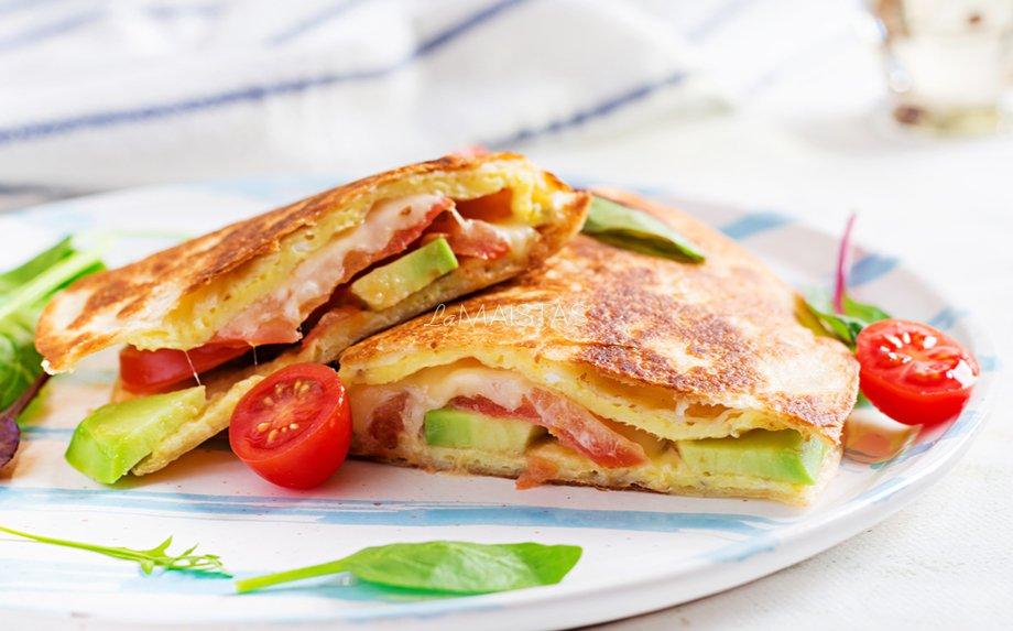 Pusryčių omletas su avokadais, pomidorais ir sūriu