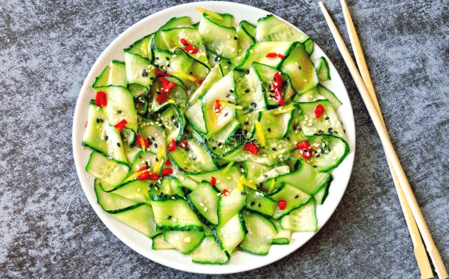 Azijietiškos agurkų salotos
