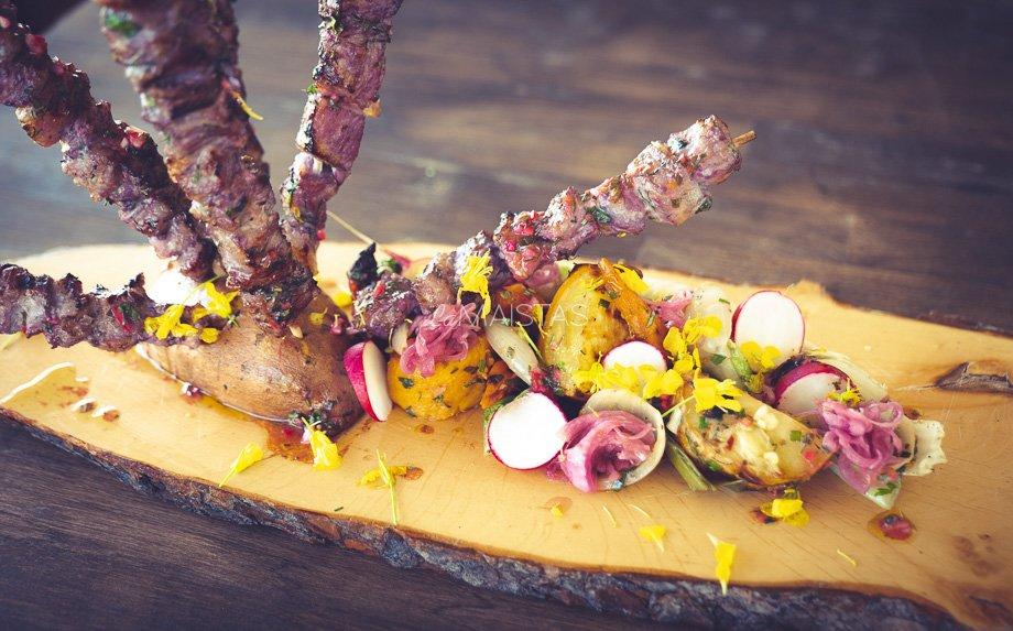 Šašlykai su kopūstų sultimis ir keptomis grill daržovių salotomis