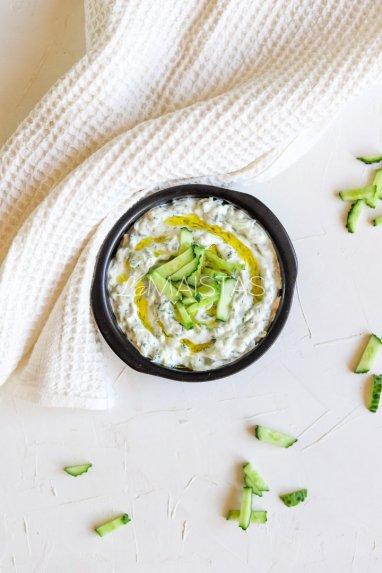 Graikiškas jogurtinis agurkų padažas