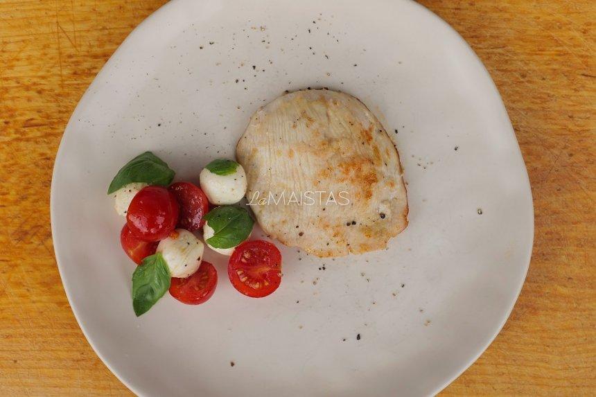 Kalakutienos file su mocarelos ir pomidorų salotomis
