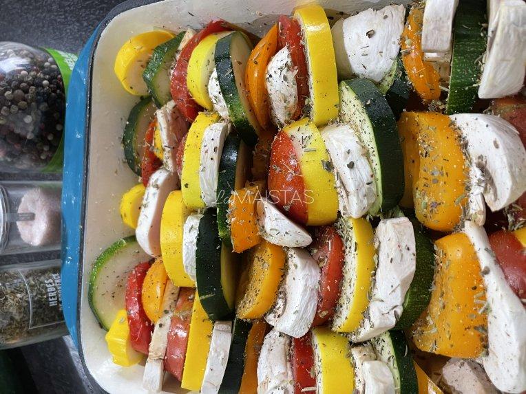 Vegetariškas daržovių apkepas su sūriu