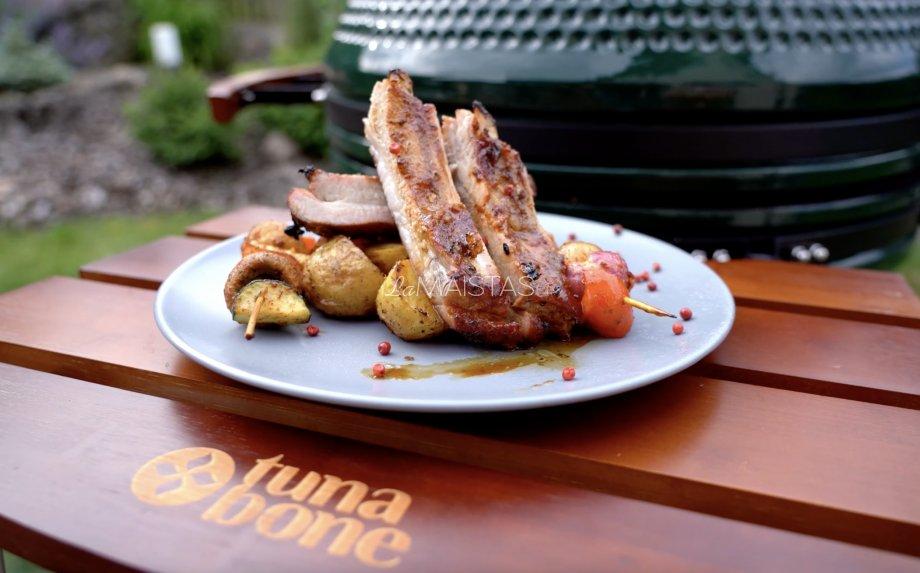 Kiaulienos šonkauliai su bbq glazūra, keptomis šviežiomis bulvytėmis ir daržovių vėrinukais