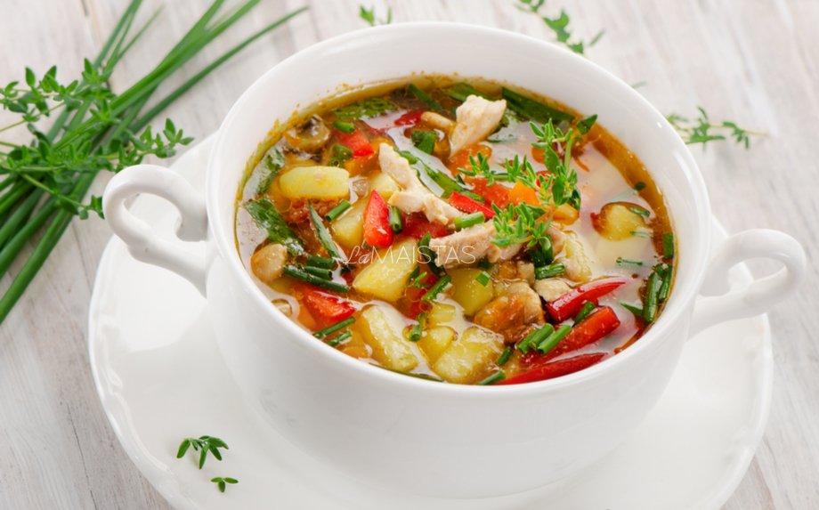 Vištienos sriuba su sezoninėmis daržovėmis