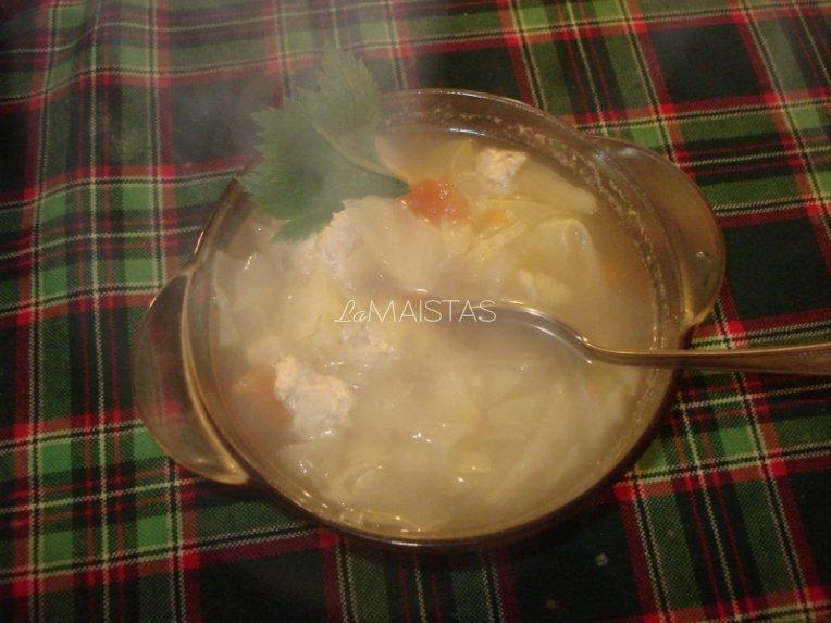 lietuviška kopūstienė su vištienos maltinukais