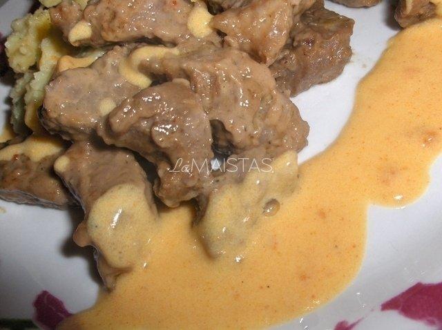 Daržovinė bulvių košė su kepta veršiena ir morkų padažu