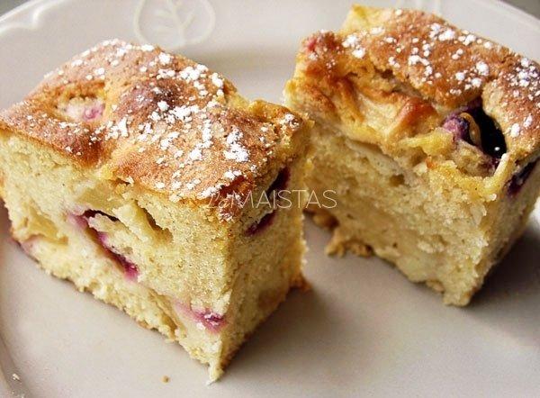 Pyragas su slyvomis ir obuoliais