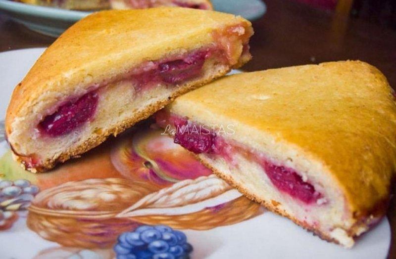 Varškės pyragas su obuoliais ir vyšniomis