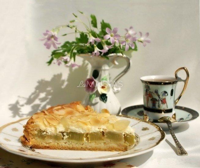 Rabarbarų pyragas su grietininiu kremu
