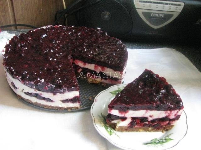 Nekeptas maskarponės tortas su juodaisiais serbentais