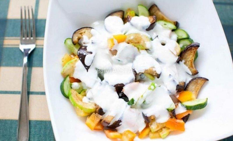 Salotos su baklažanais, cukinija ir paprika