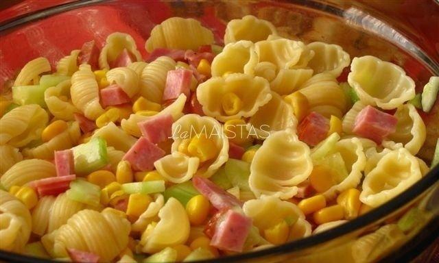 Makaronų, kumpio ir daržovių salotos