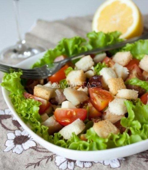 Salotos su rūkyta skumbre, pomidorais ir skrebučiais