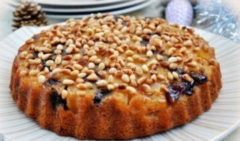 Obuolių pyragas su riešutais ir razinomis