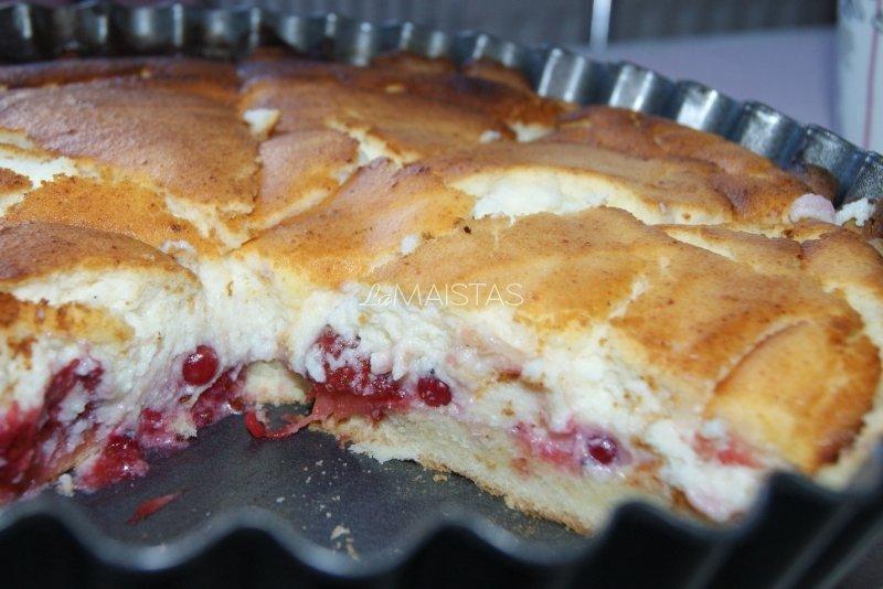 Sūrio plokštainis su raudonaisiai serbentais ir braškėmis