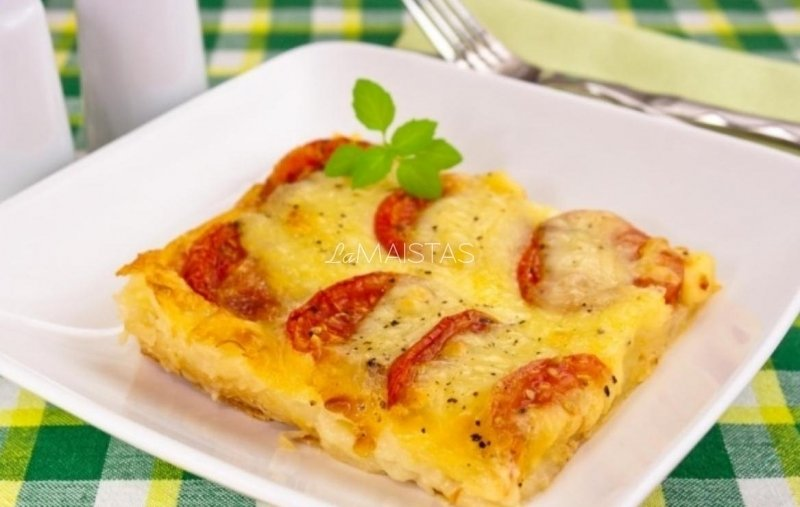 Sluoksniuotos tešlos pica su sūriu ir pomidorais