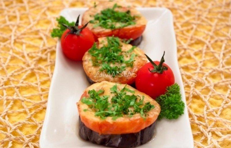 Baklažanai su pomidorais ir sūriu