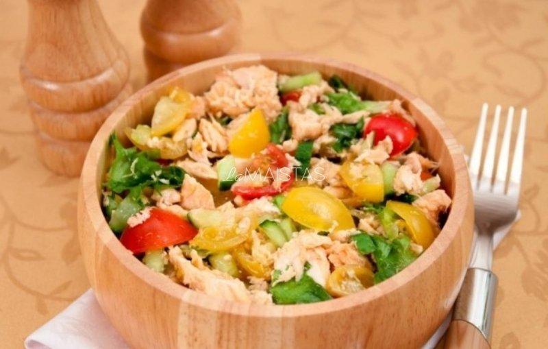 Daržovių salotos su kepta lašiša