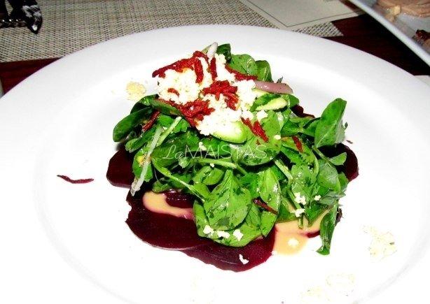 Burokėlių karpačio su krienų antpilo salotomis bei smulkintomis saulėgrąžomis