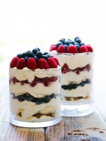 Sluoksniuotas grietinėlės kremo desertas su vaisiais ar uogomis