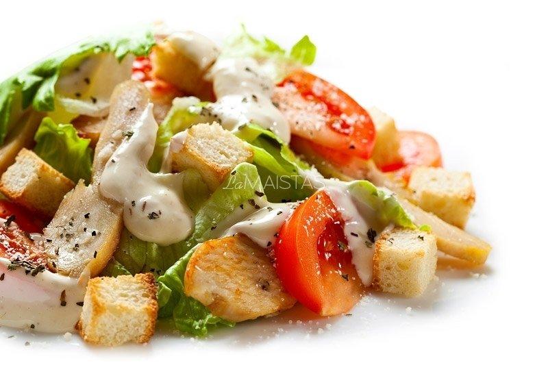 Cezario salotos su vištienos kepsneliais ir jogurtiniu padažu