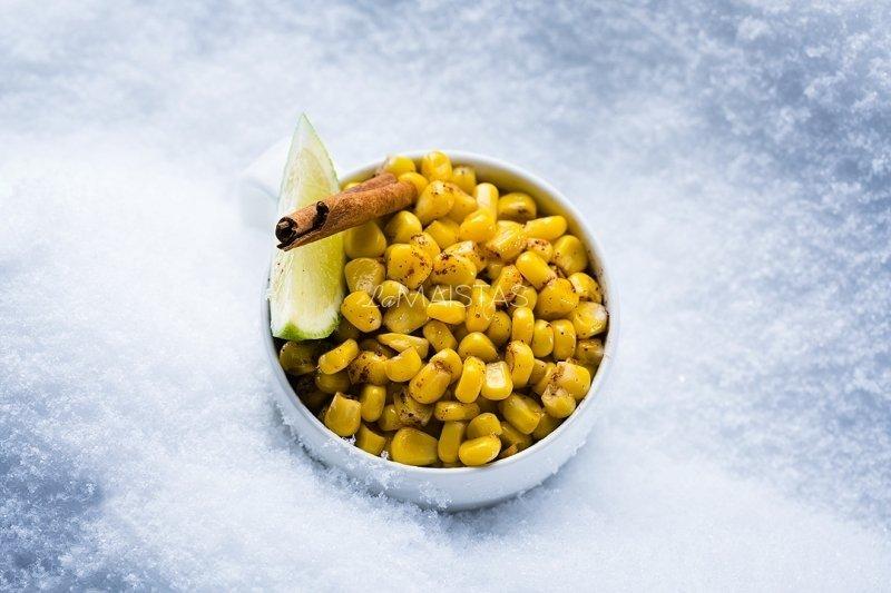 Karštieji kukurūzai su cinamonu ir žaliąja citrina (2 porcijos)