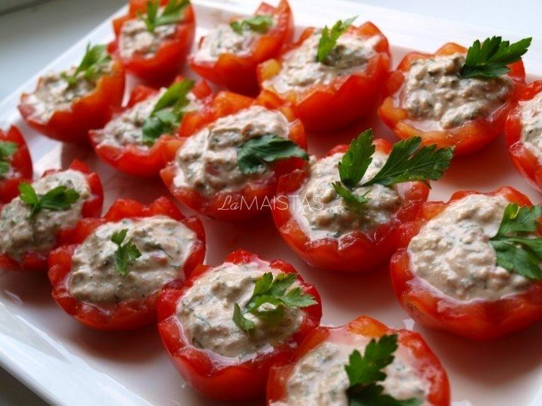 Įdarytos pomidorų puselės su tunu