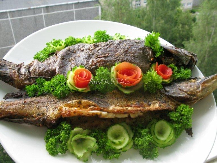 Ant grotelių keptos žuvys