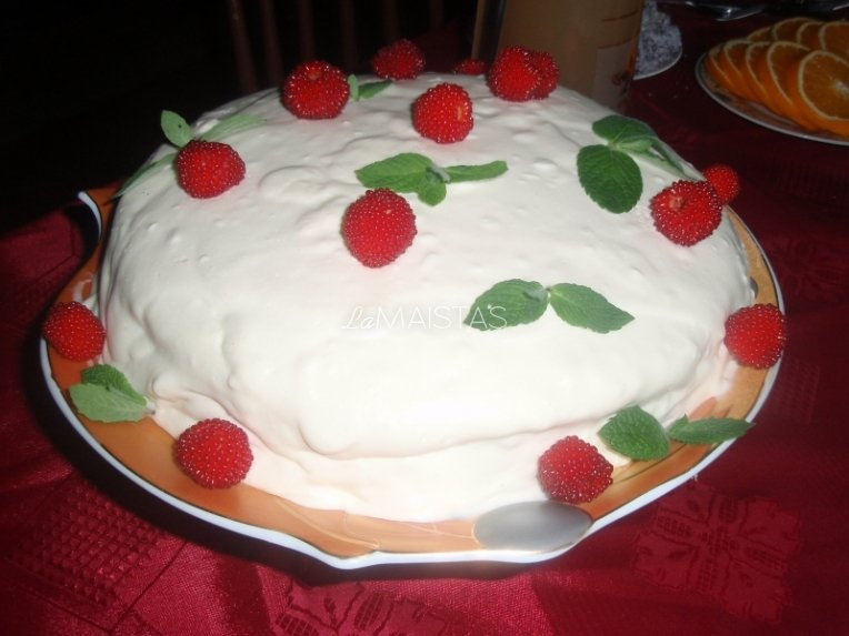 Greitas tortas su uogomis ir varškės bei kondensuoto pieno kremu