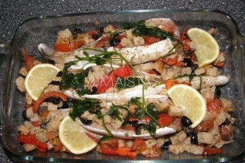 Kepta jūrinė lydeka su duonos trupiniais, saulėje džiovintais pomidorais ir alyvuogėmis