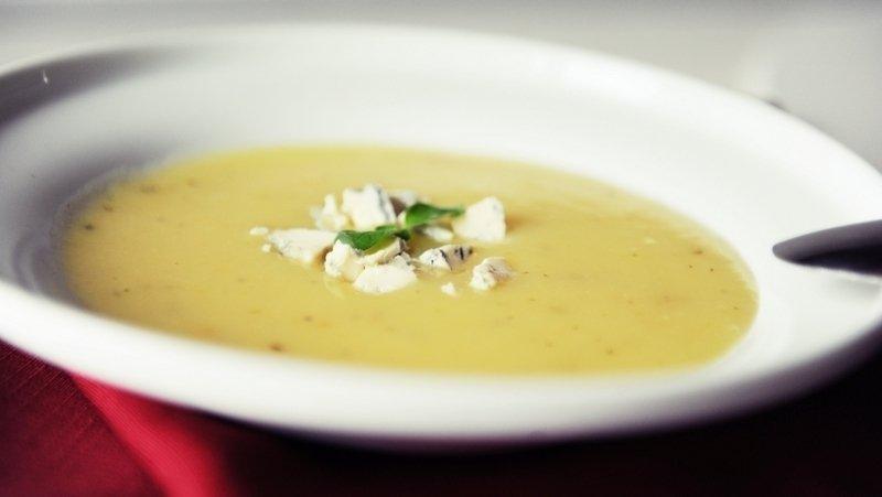 Trinta bulvių sriuba su pelėsiniu sūriu