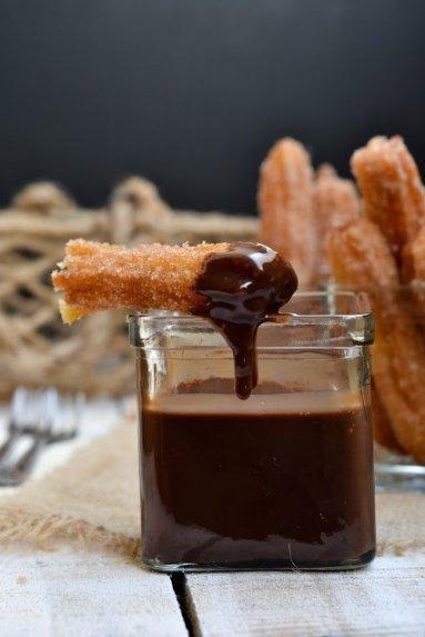 """Ispaniškos spurgos """"Churros"""" su šokoladiniu kremu"""