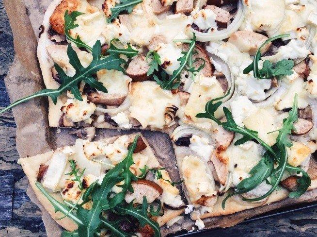 Naminė dviejų sūrių pica su pievagrybiais