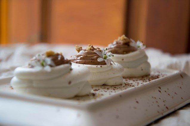 Mini pavlova su šokoladiniu kremu