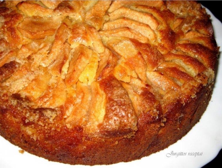 Varškininis obuolių pyragas traškiu viršumi