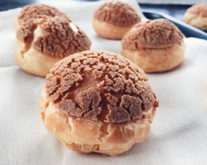 Plikyti pyragaičiai sausainiai su kremu Profiterolės