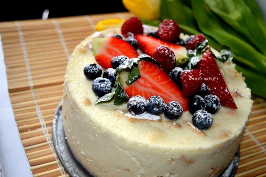 Gaivus jogurtinis tortukas su vaisiais ir uogomis