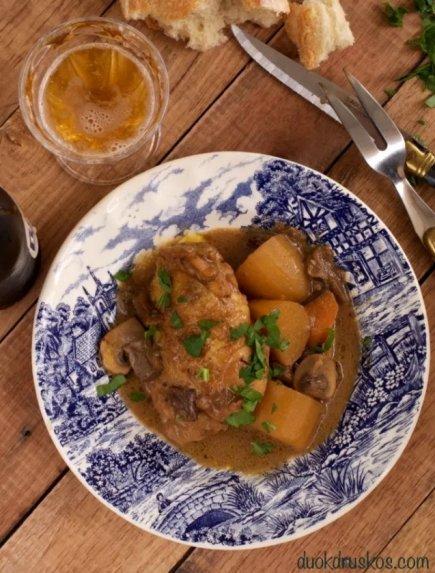 Aluje troškinta vištiena su bulvėmis ir grybais