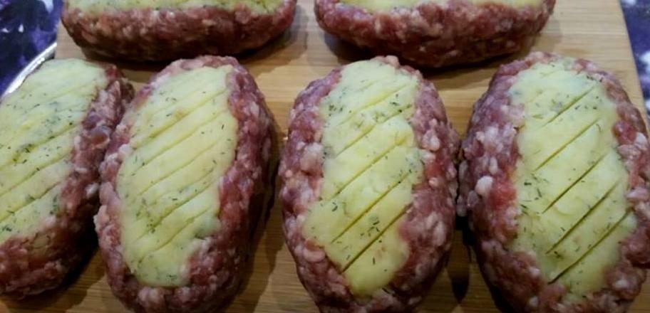 """Orkaitėje kepti mėsos kotletai su bulvių košės įdaru """"Du viename"""""""