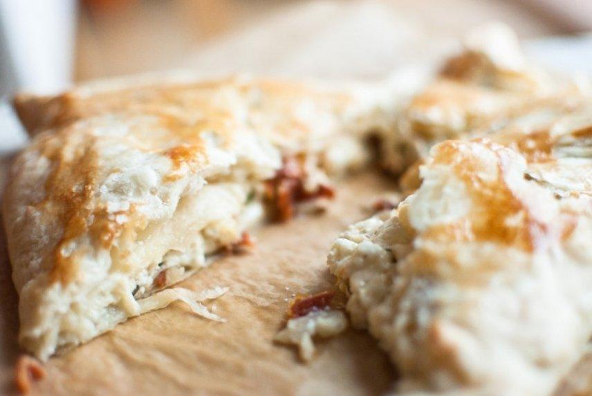 """Sluoksniuotos tešlos pyragėliai su sūrio ir varškės įdaru - arba """"Chačapuriai"""" greičiau"""