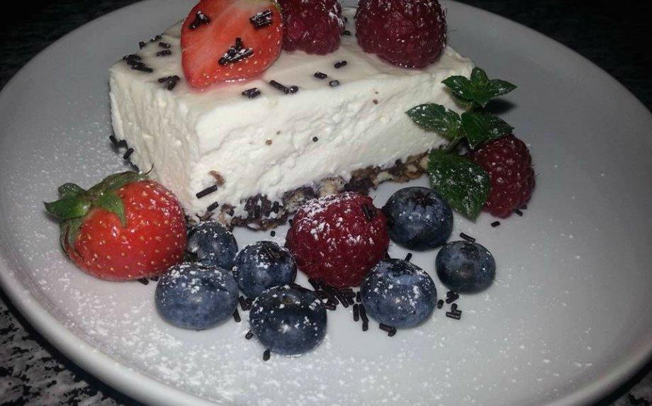 Nekeptas maskarponės sūrio tortas su uogomis
