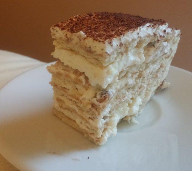 Greitas nekeptas sausainių tortas su grietinėlės ir kondensuoto pieno kremu