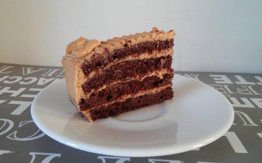 Kavos biskvito tortas su karameliniu kremu
