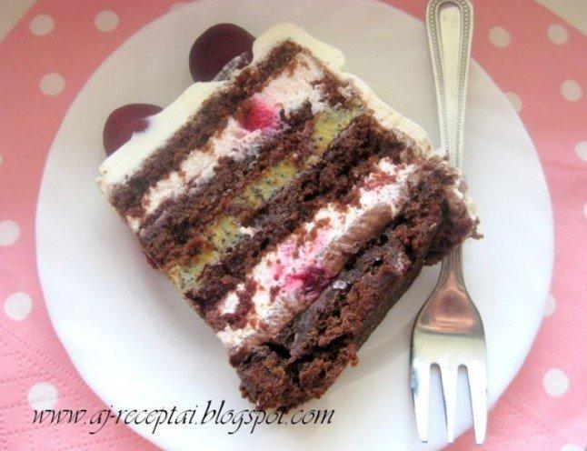 Šokoladinis tortas su karameliniu aguonų kremu ir vyšniomis