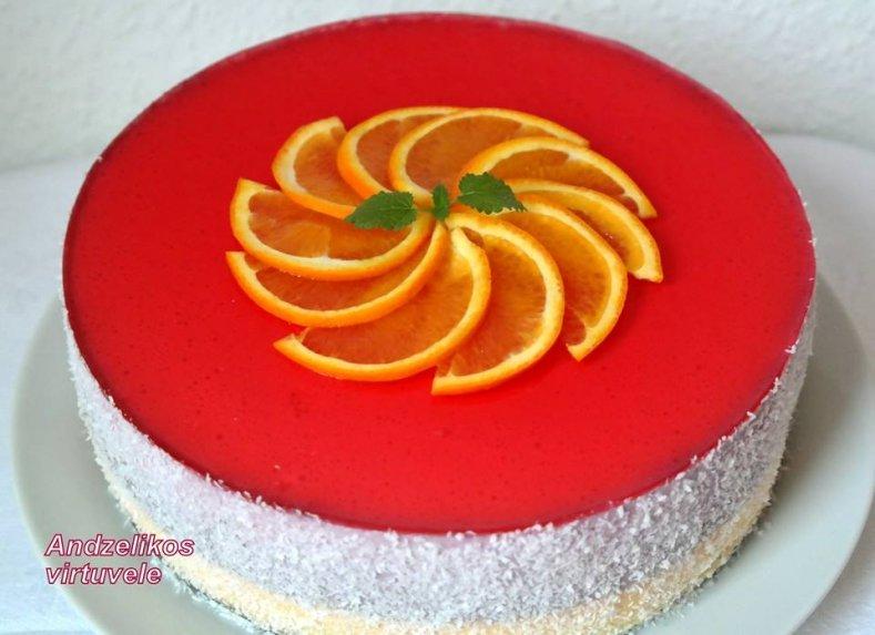 Gaivus biskvitinis tortas su jogurto kremu ir vaisiais