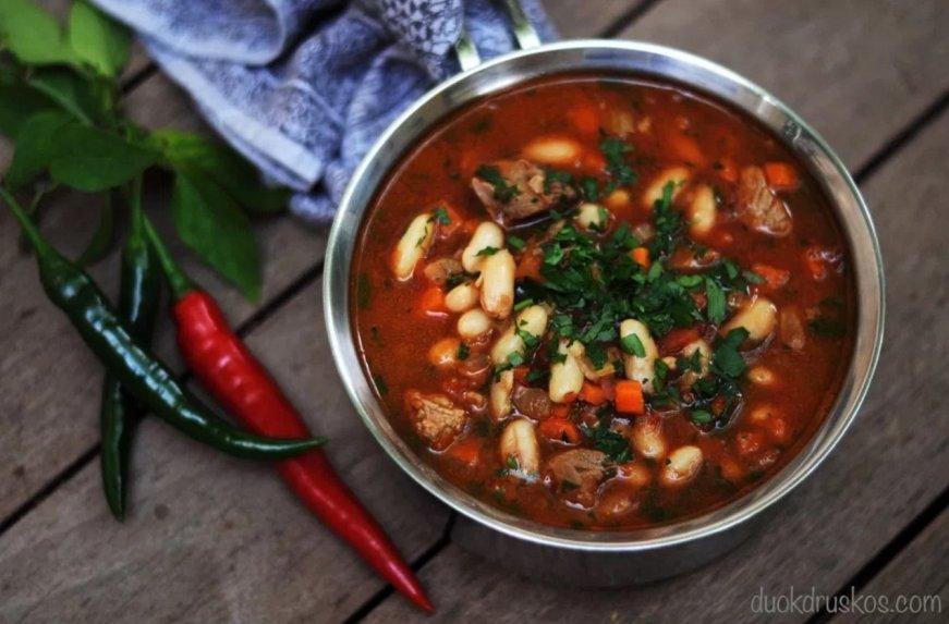 Soti aštri pupelių sriuba su mėsos gabaliukais