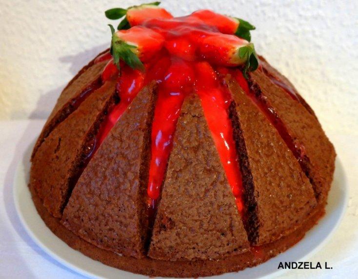 Šokoladinis tortas su kreminio sūrelio pertepimu ir braškėmis